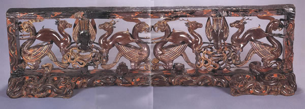 这件彩漆木雕小座屏,设计奇巧