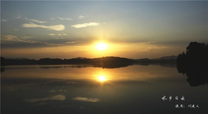 天堂湖上泛金波