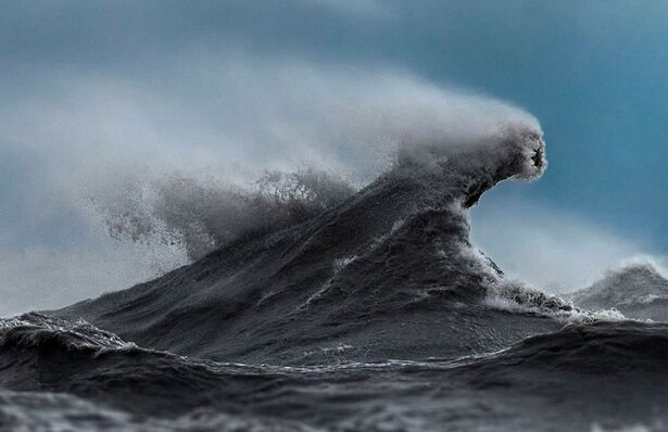 摄影师冒险拍摄湖泊巨浪