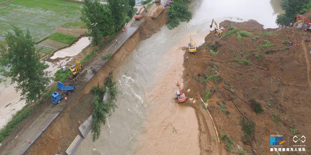 新華網航拍:湖北蘄春山體滑坡救援現場
