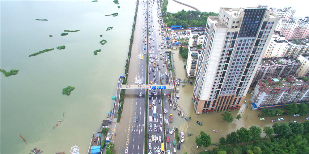 新華網航拍:武漢城區漬澇嚴重 交通癱瘓