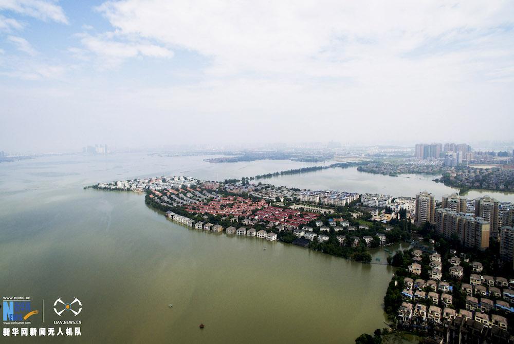 新華網航拍:武漢湯遜湖大橋橋面漫水被封閉