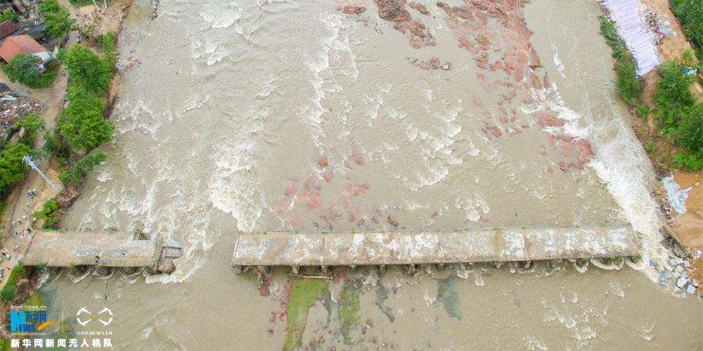 新華網航拍:湖北麻城葉家灣水毀大橋搶修過程