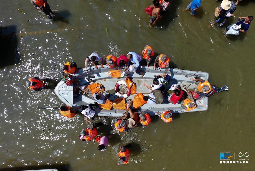新華網航拍:湖北天門:10鄉鎮被淹 舟橋官兵緊急轉移群眾