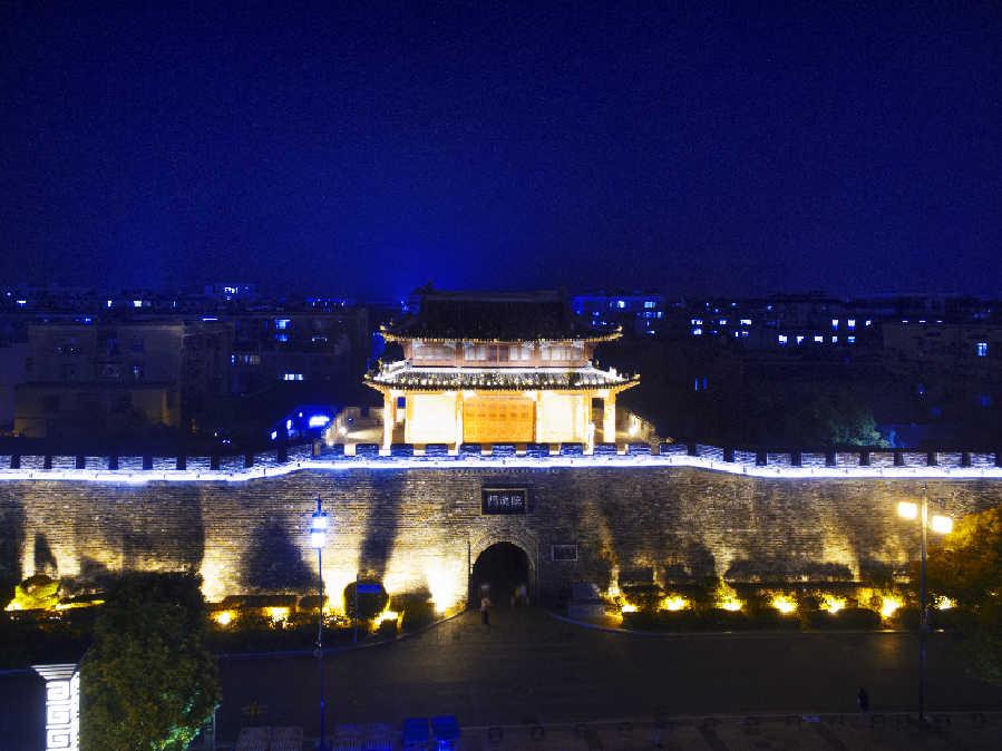 """""""飛閱""""中國:航拍襄陽古城夜景 領略""""華夏第一城池""""風採"""