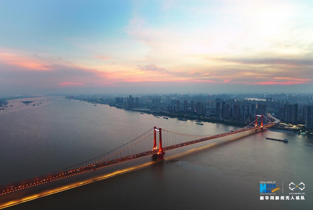 航拍夜幕下的武漢鸚鵡洲長江大橋