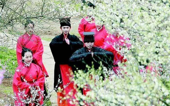 著漢服行古禮 梅花叢中(zhong)展示漢文化
