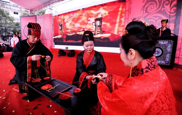 屈原故(gu)里舉辦(ban)仿(fang)古集體婚禮 弘揚(yang)傳統文化(hua)