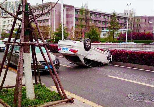 私家車避讓車輛翻車 武漢東湖路堵車近一小時