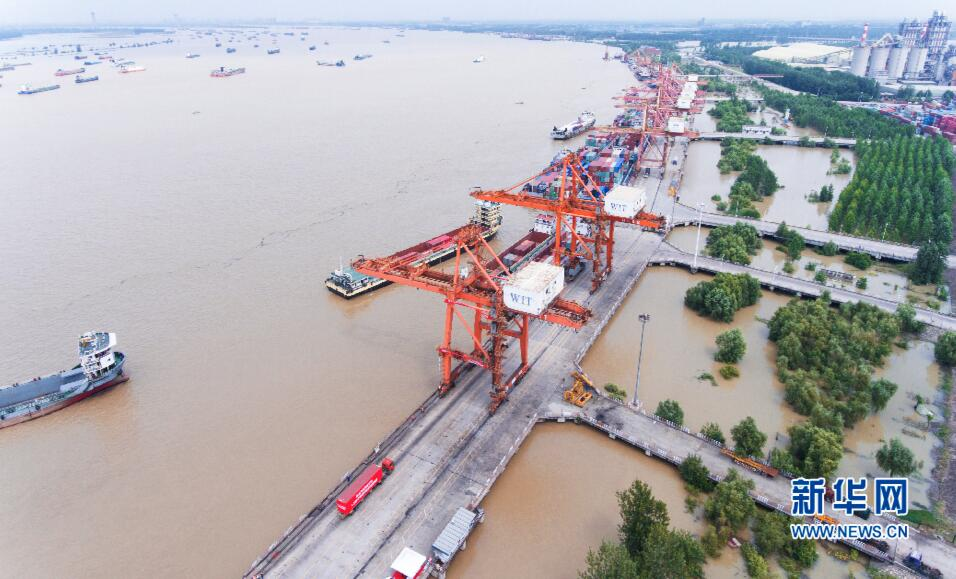 航拍:長江汛期武漢陽邏港國際集裝箱碼頭一片繁忙