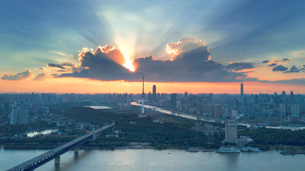 航拍武漢江邊晚霞絢麗如畫