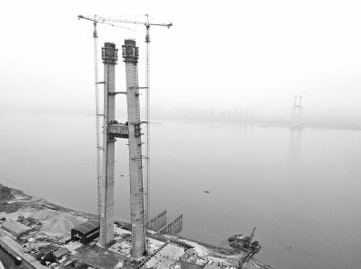 楊泗港長江大橋北岸主塔封頂 塔柱相當于80層樓高