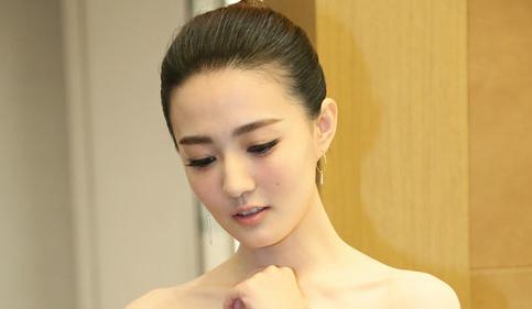 徐(xu)璐驚艷亮(liang)相(xiang)時(shi)尚(shang)活動