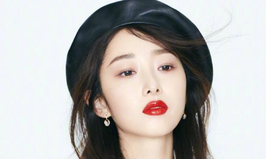 蔣夢(meng)婕紅衣魅惑氣場強大