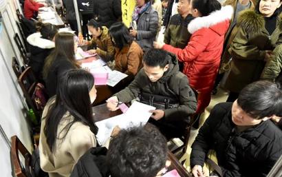 武漢迎開年首場招聘會:制造業普工月薪超5000元