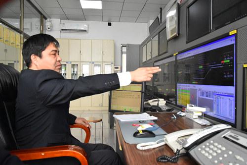 武漢火車站:行車室裏指揮忙
