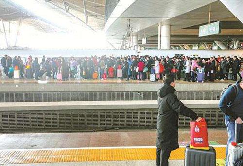 武漢24日鐵路出行客流量90萬人次 全國居首