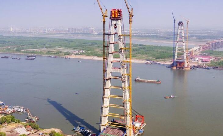 武汉青山长江大桥南岸主塔建成封顶