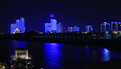 武汉地标亮蓝灯 两江四岸美轮美奂