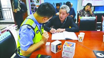 武汉硚口警方力推第三代黄手环 老人走失警情降八成