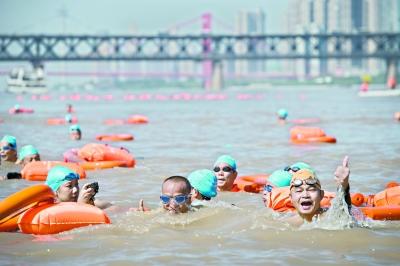 跨山跨海来狂欢 今年武汉渡江节外籍和外地报名人数刷新纪录