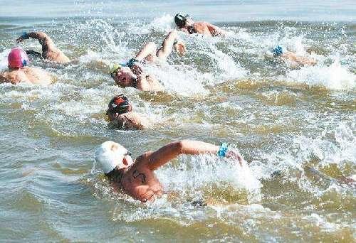 第二届武汉水上马拉松22日竞渡东湖