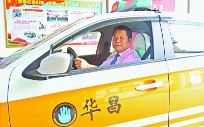 武漢一的哥拾獲30萬元 巨款交給警察歸還成都客商