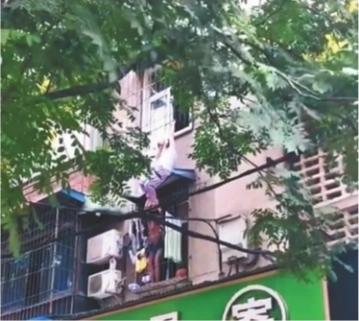 女子3楼坠落困在半空中 十余市民自发救人后默默离开