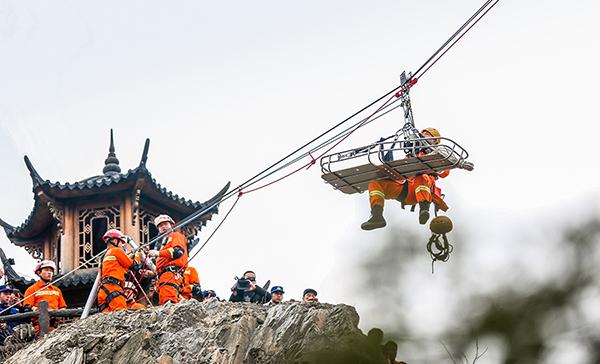 湖北襄陽消防深山演練救援絕技