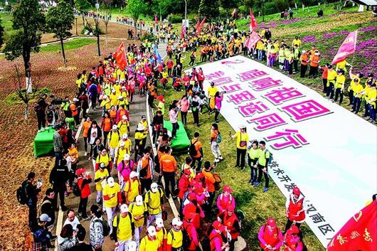武漢八千群眾快樂徒步迎軍運