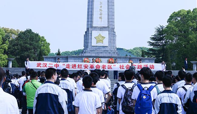 烈士紀念碑下的青春誓言