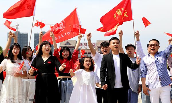 湖北天門舉行快閃活動慶祝新中國成立70周年
