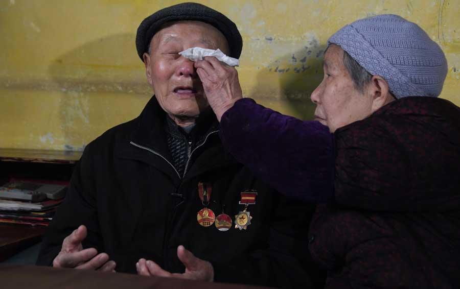 張富清回憶戰友們犧牲時情景,不禁淚流滿面