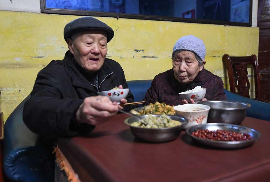 張富清和老伴在家裏吃晚飯