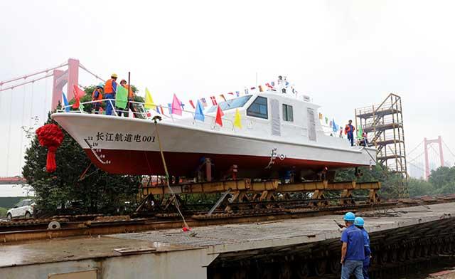 長江流域首艘純電動航道維護船下水