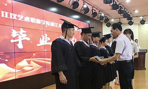 首屆35名潛江龍蝦學院大學生畢業走上工作崗位