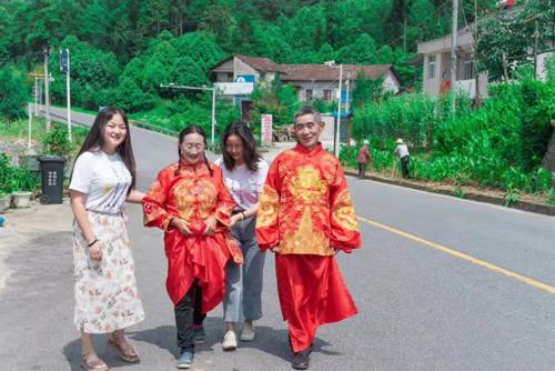 武漢高校學子暑假為老人拍婚紗照圓夢