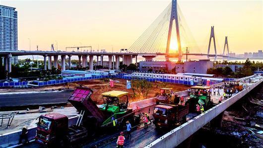 二七長江大橋匝道開始瀝青攤鋪作業