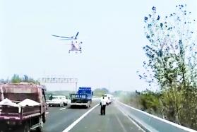 男子駕車高速公路上突發急病 直升機懸停救人拼生死時速