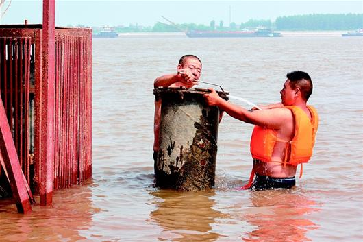 荊州:開啟閘門引水抗旱