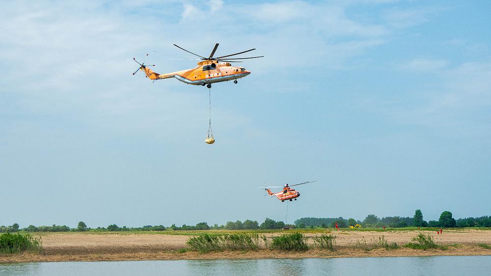 長江之濱 米-26直升機演練應對重大堤防險情