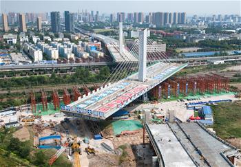 武漢一座3.6萬噸橋梁順利轉體跨越11條鐵路線