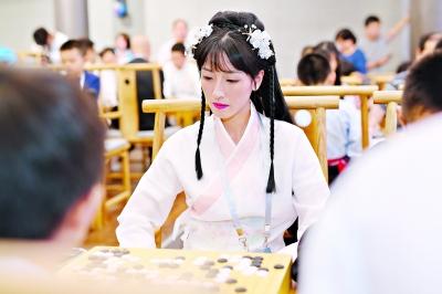 """武漢:""""黃鶴仙子""""下圍棋"""