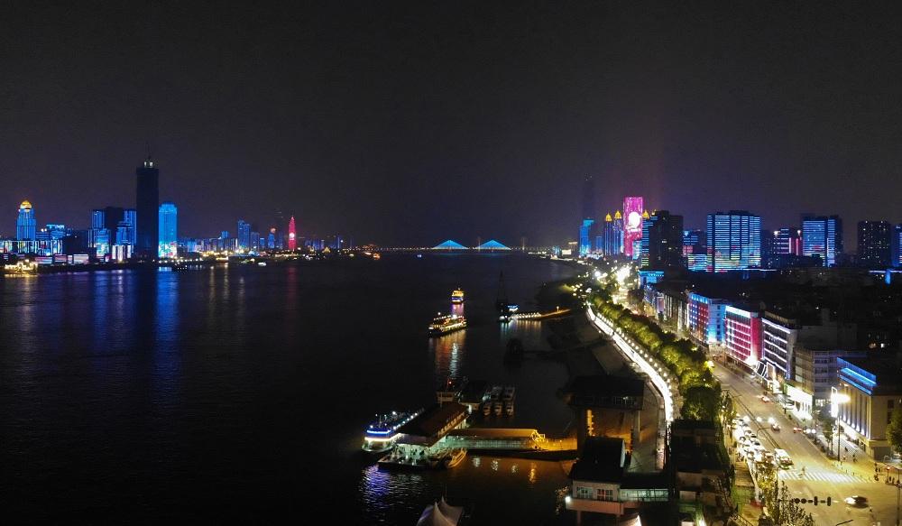 武漢再現長江燈光秀 流光溢彩閃耀中秋