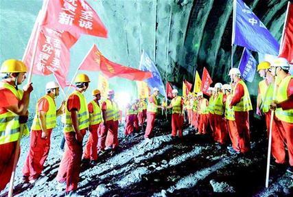 鄭萬高鐵湖北段首條長隧道貫通
