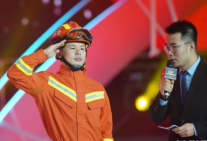 """湖北""""抱火""""消防員張曉明獲評2019年度感動人物"""