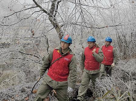 (新春走基層)湖北崇陽戰凍雨保春節用電