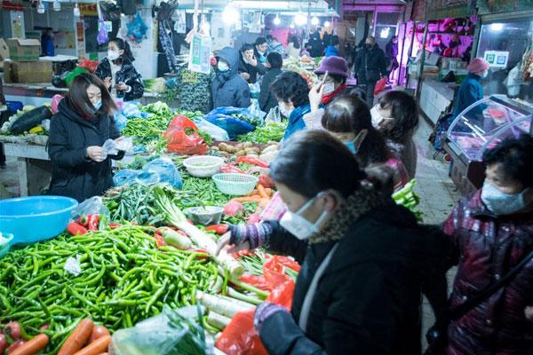 武漢:市民有序購買生活用品