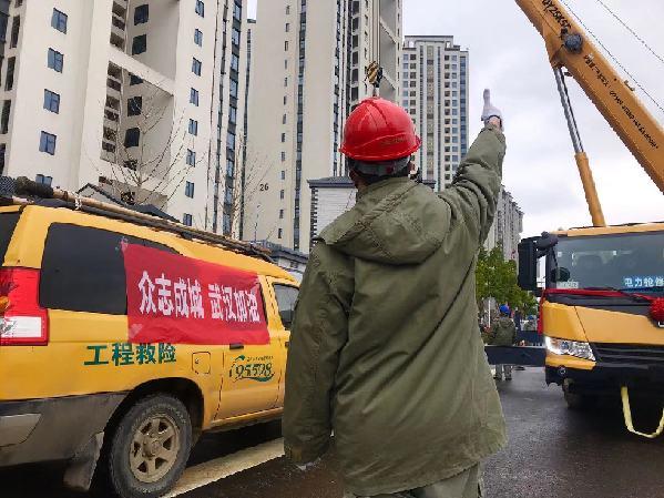 武漢江夏爭分奪秒忙送電全力保障雷神山醫院建設