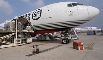 武漢機場保障援助防疫物資:什麼困難我們都能克服